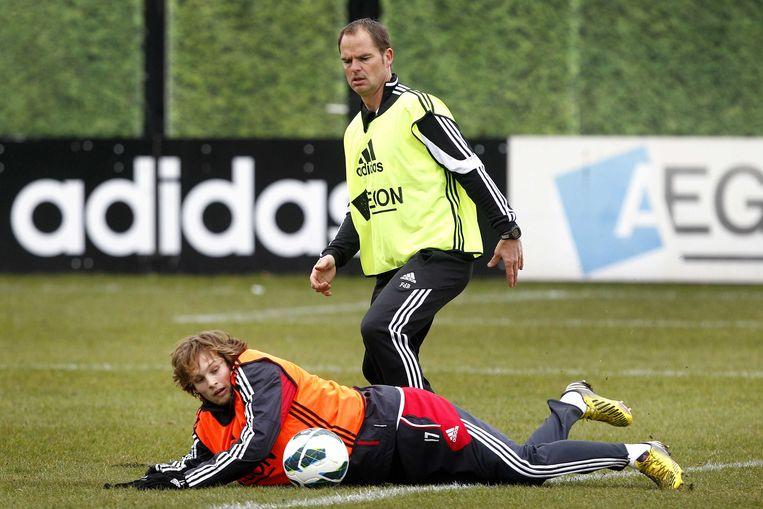 2013-03-01 AMSTERDAM - Trainer Frank de Boer (L) in duel met Daley Blind tijdens de training van Ajax in de Amsterdam ArenA. De voetbalclub speelt dit weekend tegen FC Twente. ANP BAS CZERWINSKI Beeld ANP