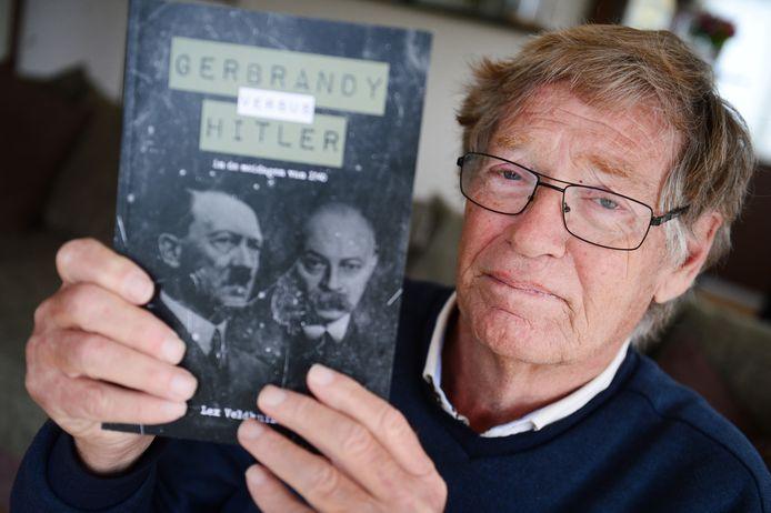 """Lex Veldhuizen met zijn bijzondere, speculatieve, boek over Tweede Wereldoorlog. """"Ik heb het min of meer uit persoonlijke frustratie geschreven."""""""