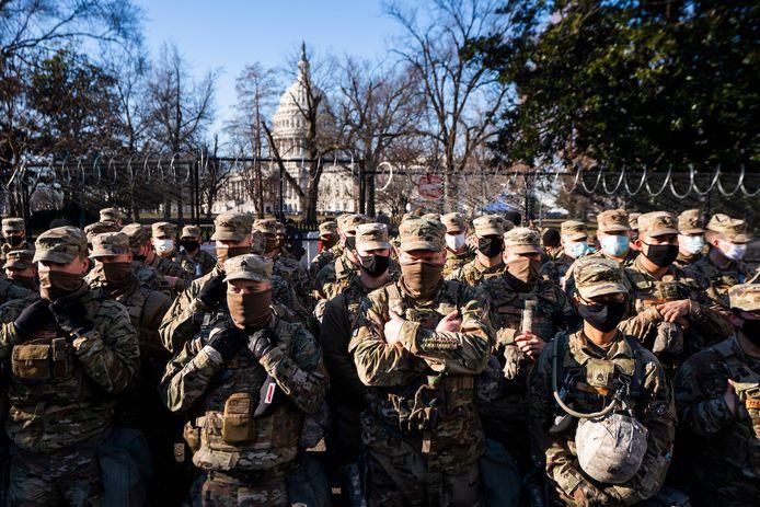 Leden van de Nationale Garde voor het Capitool in Washington DC.