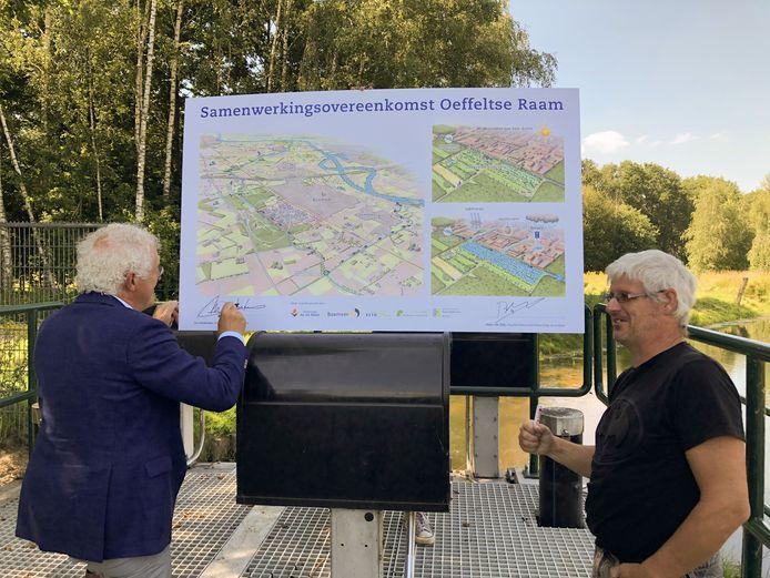 Jeu Verstraaten (links) en Peter van Dijk tekenen de samenwerkingsovereenkomst die nodig is om bij de Oeffeltse Raam aan de slag te kunnen.