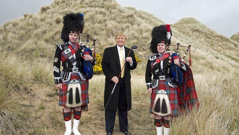 Donald Trump op zijn golfbaan tijdens de aanleg in 2010. Ondanks zijn Schotse roots is de golfwereld steeds kritischer over hem. Beeld getty