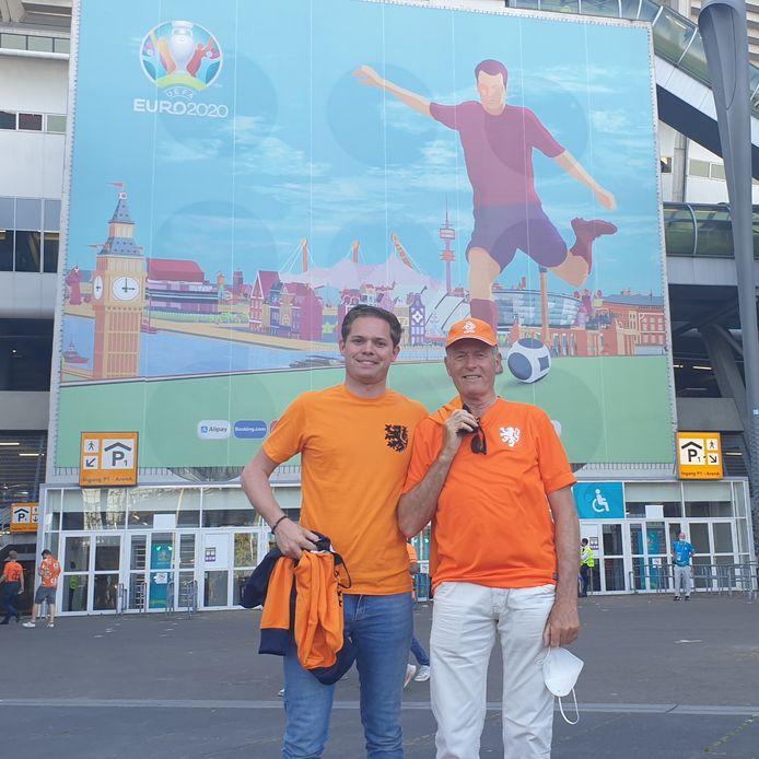 Frank Teeuwen met zijn vader bij de Johan Cruyff Arena voor de eerste EK-wedstrijd van Oranje, tegen Oekraïne.