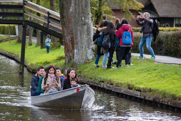 Hordes Chinese (en andere aziatische) toeristen overspoelen Giethoorn.