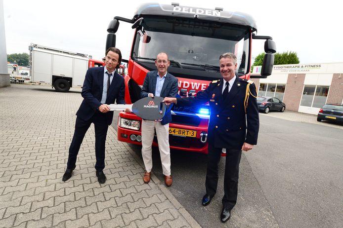 De nieuwe 'tankautospuit' van Brandweer Twente in Delden wordt gepresenteerd. In het midden burgemeester Sander Schelberg, rechts commandant Stephan Wevers van Brandweer Twente.