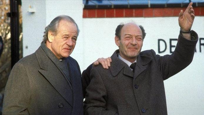 Freddy Heineken en chauffeur Ab Doderer poseren na hun vrijlating bij de villa van Heineken, in december 1983