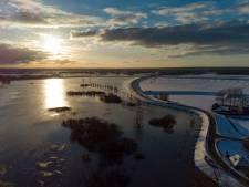 Water IJssel morgenochtend op z'n hoogst; inspecteurs controleren op wellen in de dijken