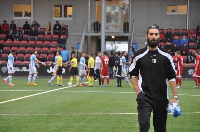 Sawaas Exouzidis op weg naar de bank van FC Zurich United bij de wedstrijd die promotie op zou leveren.