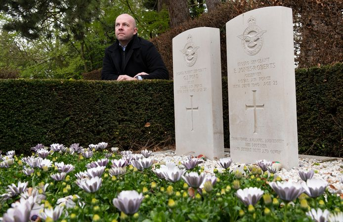 Culemborg Christiaan van Heijst bij de graven van de omgekomen soldaten waar hij een boek over heeft gemaakt. foto William Hoogteyling