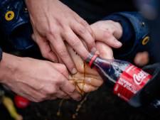 Als klimaatactivisten zich vastplakken, rukt de politie uit met flessen Coca-Cola