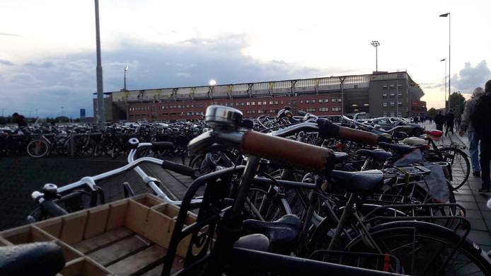 Fietsen naast P5 bij het Rat Verlegh Stadion in Breda voorafgaand aan een wedstrijd van NAC.
