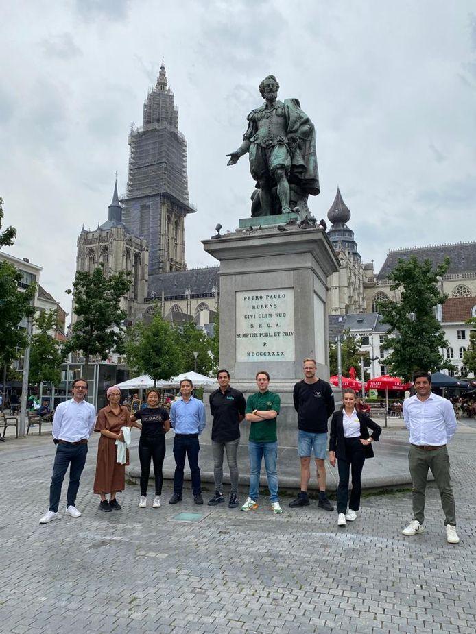 De handelaarsvereniging van de Groenplaats aan het standbeeld van Rubens.