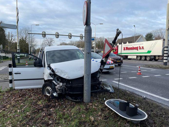 De bestelwagen kwam na de botsing tegen een verkeerslicht tot stilstand.