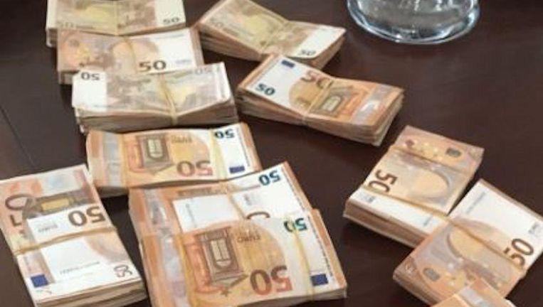 De FIOD vond bij huiszoekingen in onder andere een gehuurde villa 87.000 euro aan contanten. Beeld FIOD