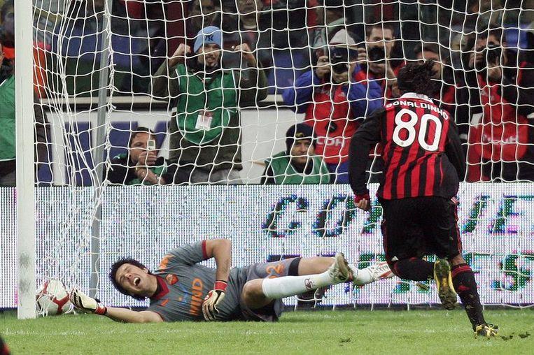 Ronaldinho zet een strafschop om: 1-1. Beeld UNKNOWN