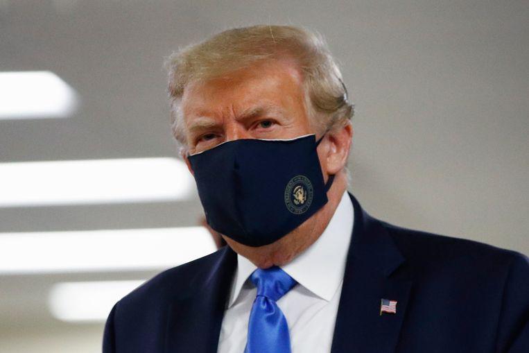 Zelfs Amerikaans president Donald Trump raadt zijn burgers nu aan mondmaskers te dragen.  Beeld AP