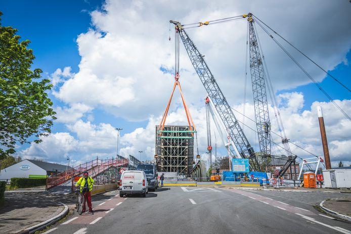 Het tweede deel van Meulestedebrug wordt terug geplaatst