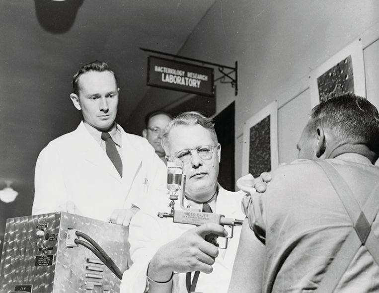 Een Amerikaanse soldaat wordt in de jaren vijftig naaldloos geïnjecteerd. Beeld Museum of Health and Medicine