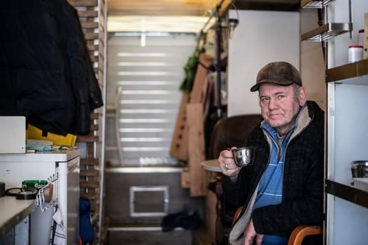 Henk Romein in de geïmproviseerde camper waarin hij momenteel woont.