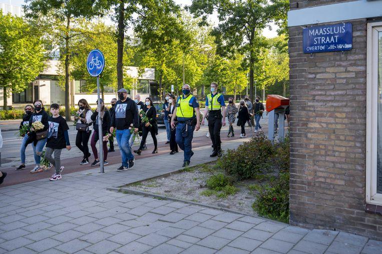 Vrienden en buurtbewoners houden een stille tocht voor de 27-jarige Ayla Mintjes, zij overleed nadat zij was beschoten in de Maassluisstraat. Beeld ANP