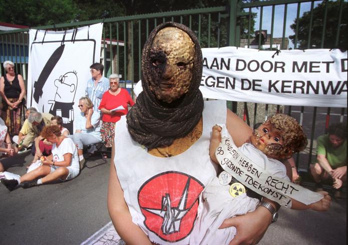 2008: tegenstanders protesteren tegen kernwapens in Volkel.