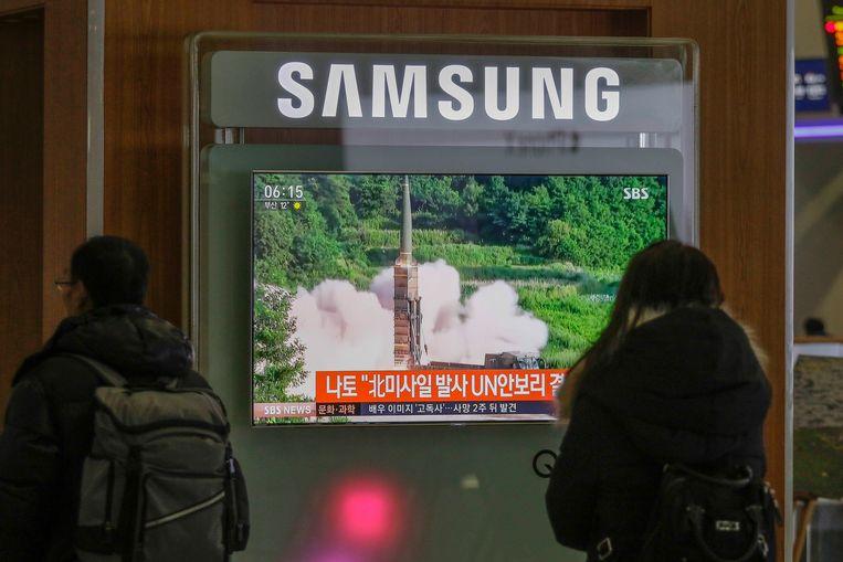 Pendelaars in Zuid-Korea zien op televisieschermen hoe Noord-Korea gisterennamiddag Belgische tijd een nieuwe raket de hoogte instuurde, na een periode van 'relatieve vrede' met de Verenigde Staten. Beeld Photo News