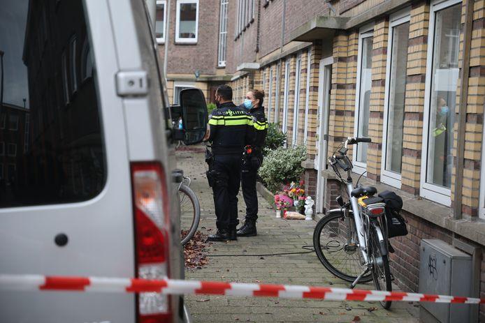 Politie doet onderzoek in de Wognumstraat in Den Haag.