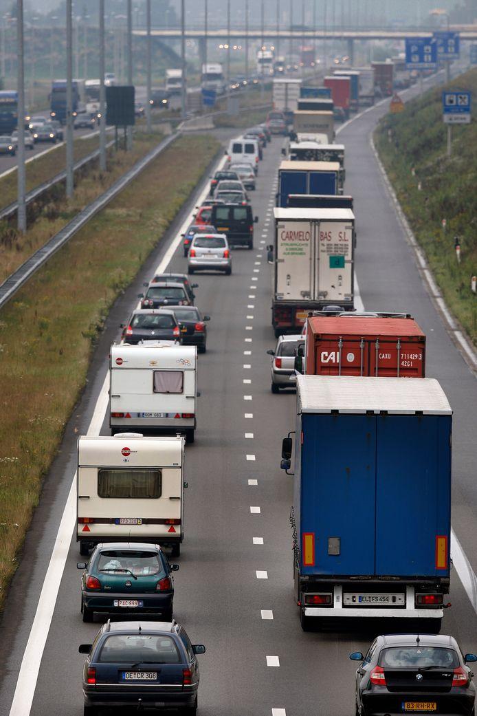 Archieffoto. Druk vakantie- en vrachtverkeer op de Belgische snelweg E17 Antwerpen richting Breda ter hoogte van de Belgisch-Nederlandse grens.