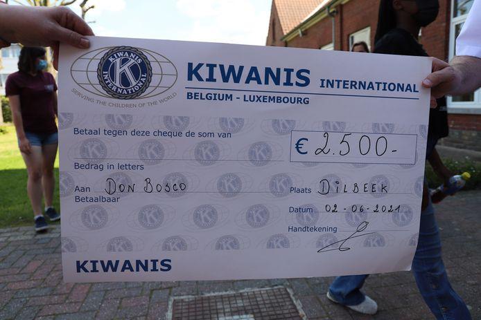 Kiwanis schonk een cheque van 2500 euro