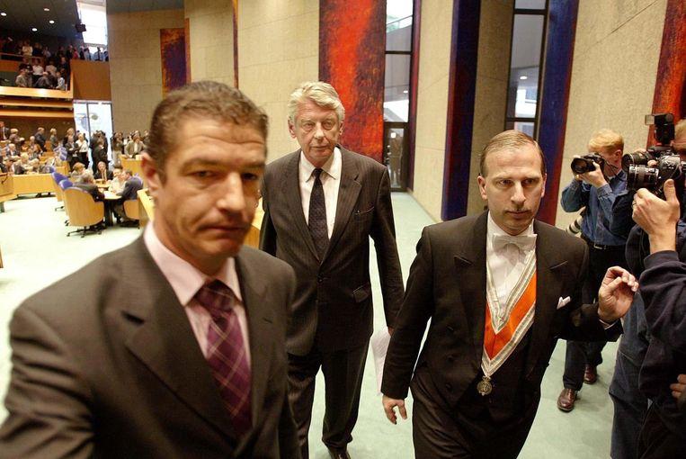 Wim Kok verlaat de Tweede Kamer, 16 april 2002, direct na het aftreden van zijn kabinet. Beeld ANP