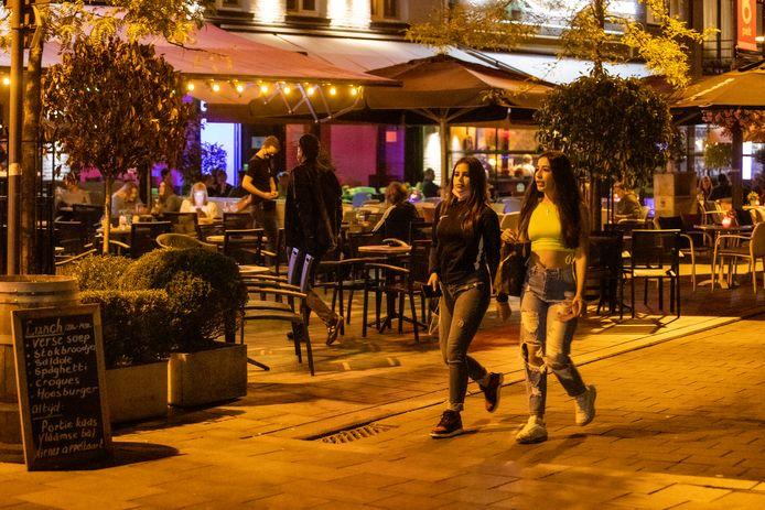 """Het uitgaansstraatje in Neerpelt is - ook buiten coronatijd - populair bij Nederlanders. ,,Vooral later op de avond, om hier nog even door te kunnen feesten."""""""