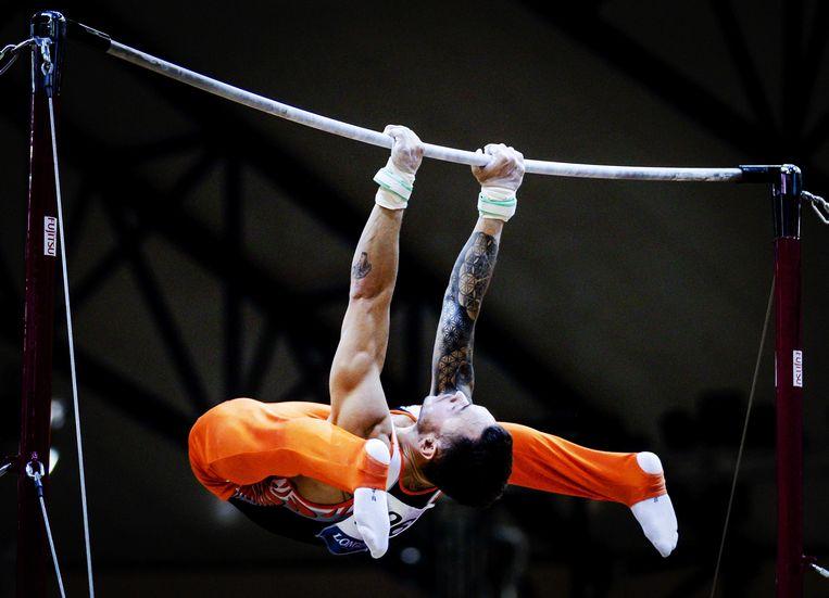 Bart Deurloo in actie op rekstok tijdens de kwalificatie voor de wereldkampioenschappen turnen in Doha in Qatar. Beeld ANP