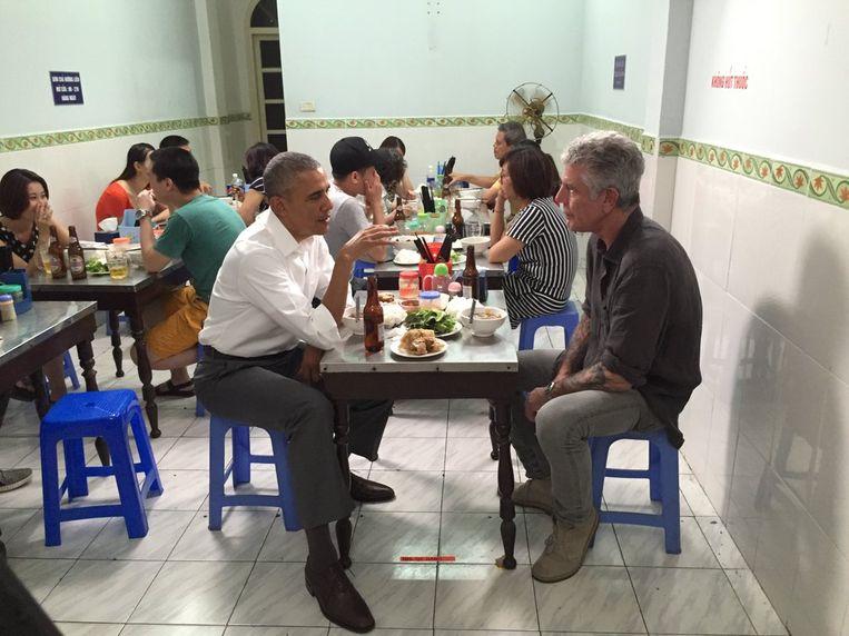 Anthony Bourdain en Barack Obama eten in een restaurantje in Hanoi. Beeld Rechtenvrij