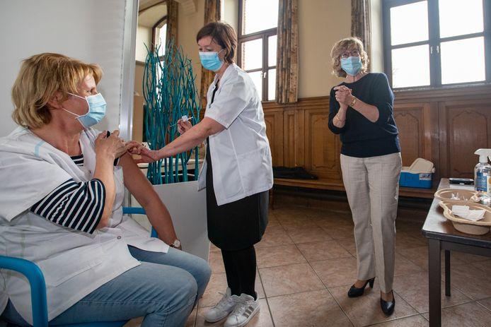 Een archiefbeeld van burgemeester Veerle Heeren (CD&V) in het vaccinatiecentrum in Sint-Truiden