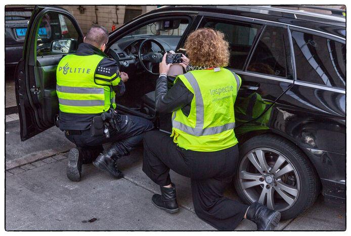 Een van de weg gehaalde taxi wordt binnenste buiten gekeerd door ILT, Belastingdienst, OM en politie Amstelland