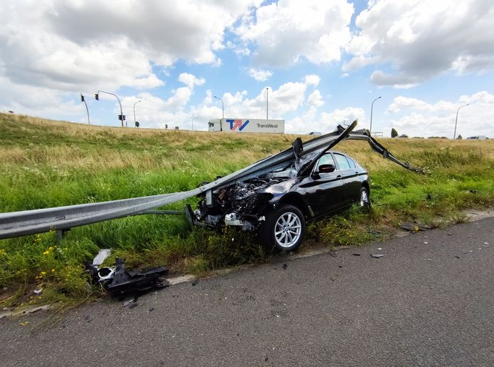 De BMW knalde tegen de vangrail.