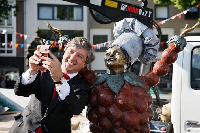 Burgemeester Hans Beenakker bij het boegbeeld van Tiel, Flipje.