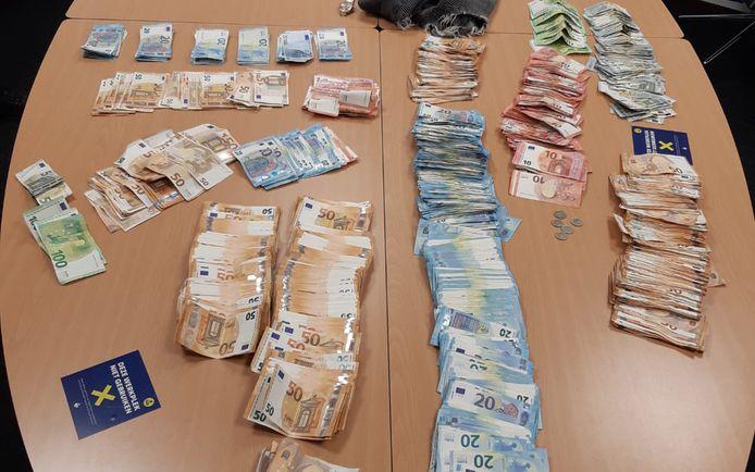 Bij de man werd maar liefst 50.000 euro gevonden waarvan hij de herkomst niet kon verklaren.