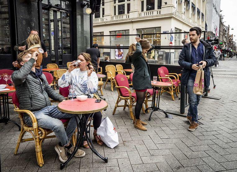 Laatste ronde op het Leidseplein in Amsterdam. Straks is het terras open tot 20u. Beeld ANP