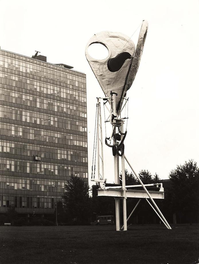 Dag-nacht machine van Gerrit van Bakel -de echtgenoot van Peternell Nies-, tijdelijk op TU/e-terrein opgesteld rond 1980. Foto: Archief TUE