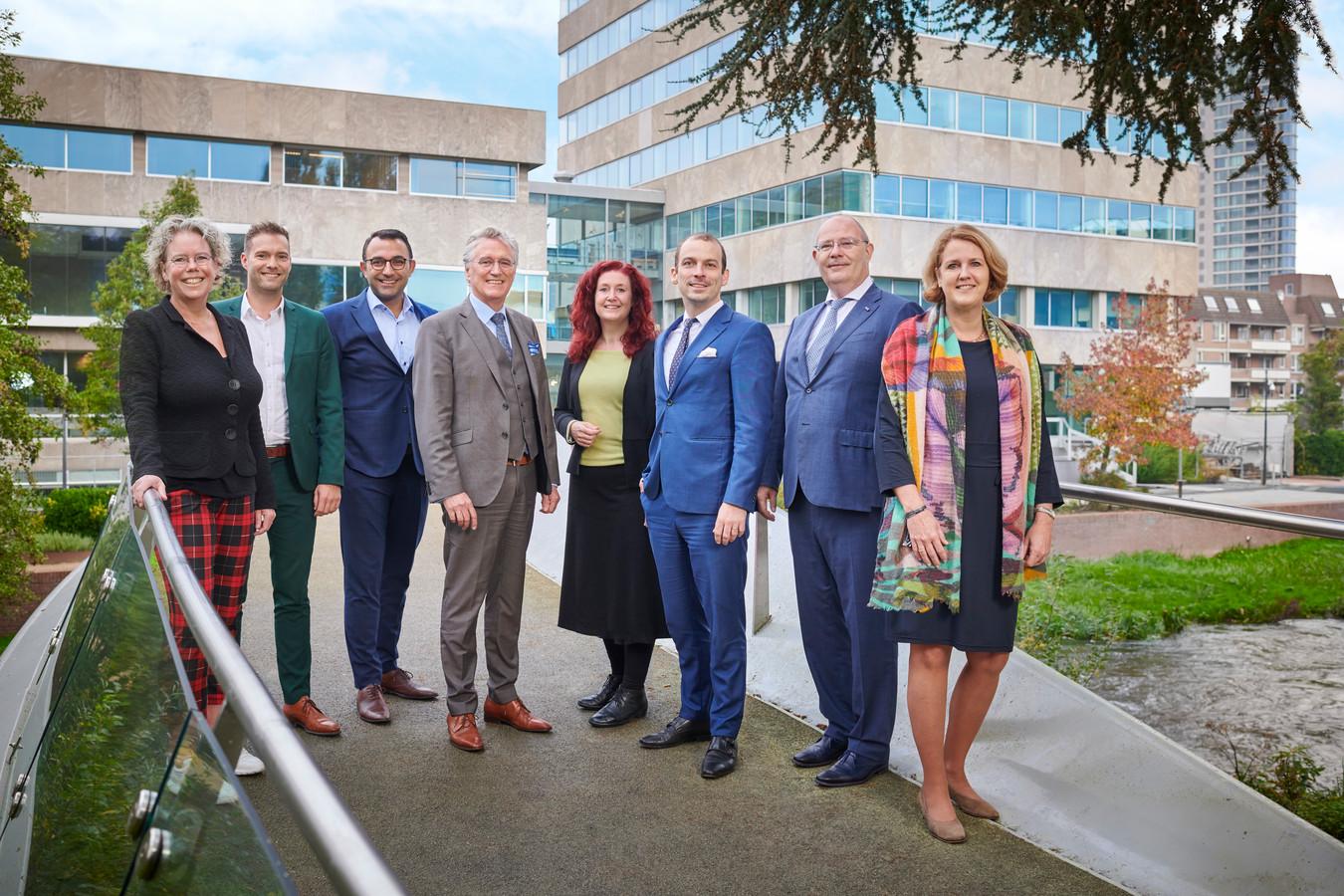 Het Eindhovense college van B en W. Van links naar rechts Aline Zwierstra (gemeentesecretaris), Rik Thijs, Yasin Torunoglu, burgemeester John Jorritsma, Renate Richters, Stijn Steenbakkers, Marcel Oosterveer en Monique List.