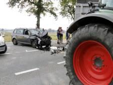 Tractor slaat af maar auto is nog niet voorbij: bestuurder gewond naar ziekenhuis