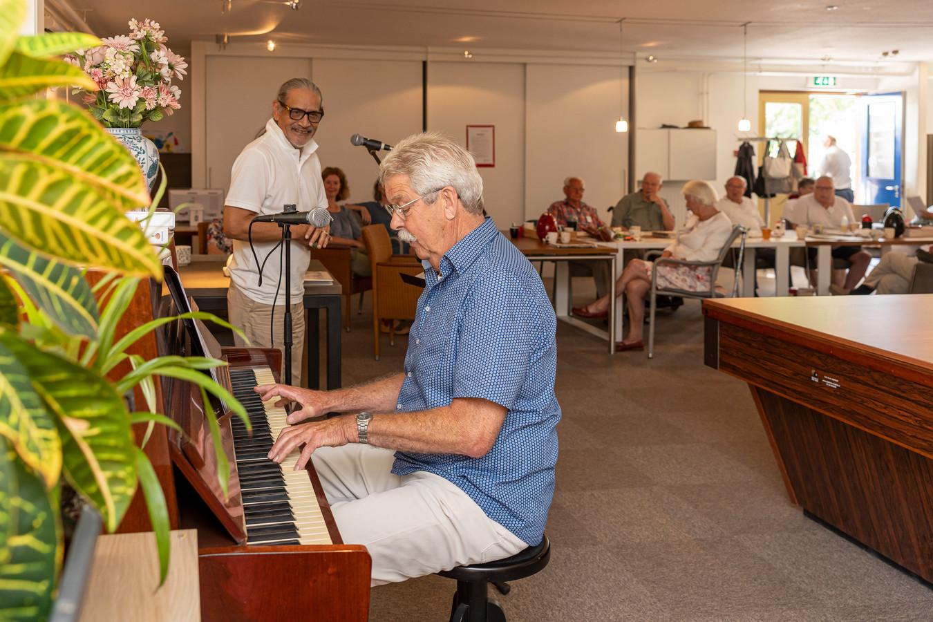 Lou Brondgeest en Maarten Bruijnes (piano) spelen en zingen Nederlandse liedjes voor dementerenden in Zierikzee.