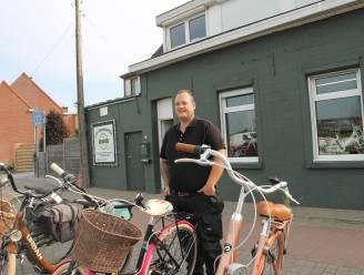 """Frederiek (35) opent fietsenzaak in voormalig huisje van plezier: """"Die rode neonlichten heb ik toch maar weg gedaan"""""""