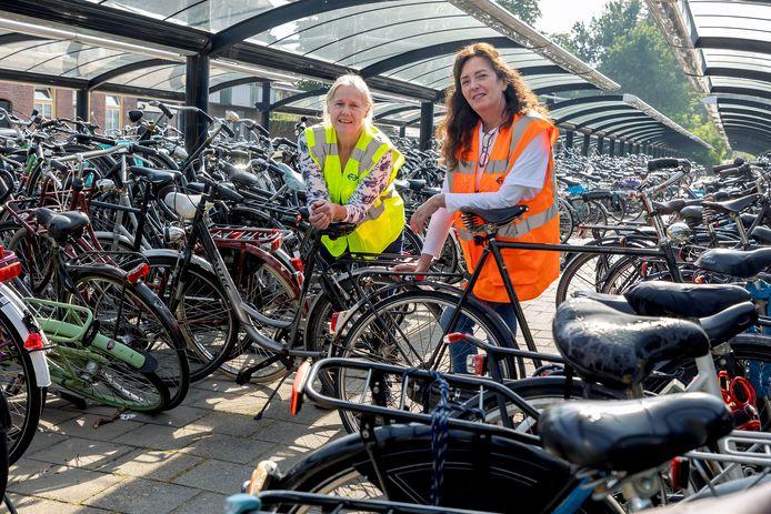 Gastvrouwen Karin en Suzy wijzen jongeren de weg naar goed parkeren van de fiets bij het NS-station in Boxtel
