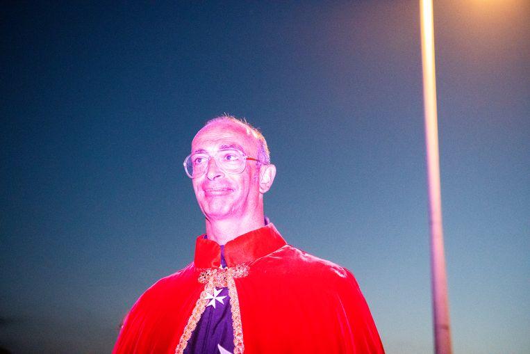Priester tijdens de viering van de heilige Joris in Locorotondo. Beeld SANNE DE WILDE