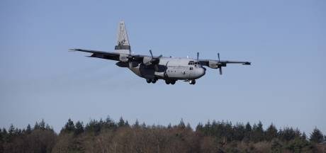 Hercules-transportvliegtuig maakt korte stop op Twente Airport