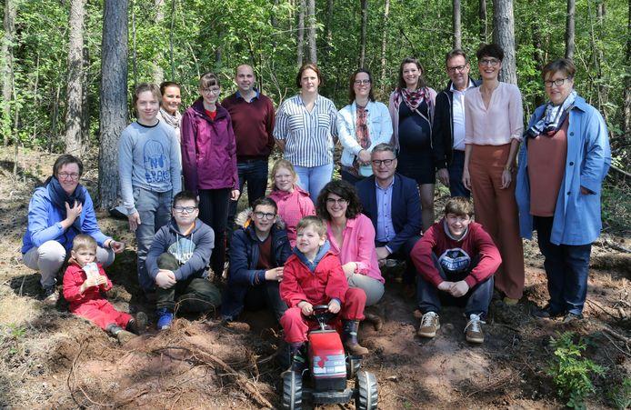 Kinderen van twee scholen waarmee het gezin al samenwerkt en minister Van Den Heuvel.