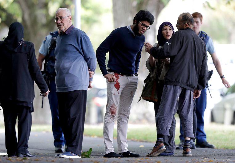 Inwoners van Christchurch in de buurt van de moskee, vlak na de aanslag. Beeld AP
