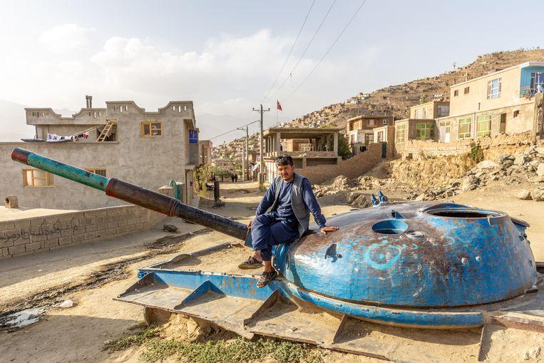 Het restant van een Russische tank in achterstandswijk Etifoq, op een van de berghellingen in Kabul. Beeld Noël van Bemmel