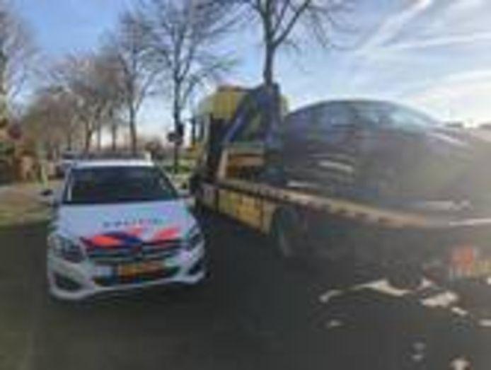 Auto in beslag genomen bij een inval in een woning aan de Fuutlaan in Engelen